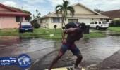 بالفيديو: أمريكيان يستمتعا بركوب أمواج الفيضانات في فلوريدا