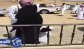 بالفيديو.. مرابط عاد من الحد الجنوبي مبتور اليد يقبل قدم والدته فور عودته لأسرته
