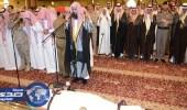 الأمير محمد بن عبدالرحمن يؤدي صلاة الميت على رئيس الأخويا