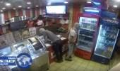 بالفيديو.. اقتحام مطعم وسرقته بدون سلاح في سيهات