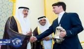 سلطان بن سلمان لشاب: من يقدم القهوة أخير الناس