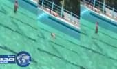 بالفيديو.. مغربي سكران يصلي العصر في مسبح