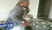 قيادي حوثي يخفي ملايين الريالات المنهوبة في منزله