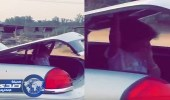 بالفيديو.. شخص يضع طفلة في شنطة السيارة وينطلق بسرعة جنونية