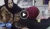 بالفيديو.. امرأة تسرق حقيبة بموس مُخبأ في فمها