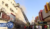 بالصور.. الدفاع المدني يسيطر على حريق شبَّ في متجر بالعزيزية