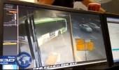 بالفيديو.. حافلة ركاب تقتحم مركز شرطة إسرائيلي في تل أبيب