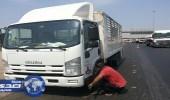 بالصور.. شبان يتطوعون لإصلاح سيارات الحجاج مجانا