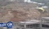 بالفيديو.. رد فعل عمال بالجبل لحظة انهياره