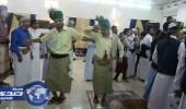 بالصور.. مصور يمني يتحدى الميليشيات ويستعيد تراث المدينة بحفل زفافه