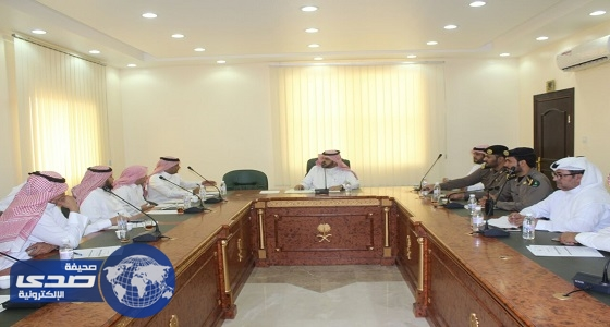 محافظ الحجرة يجتمع بمدراء الإدارات الحكومية ورؤساء المراكز
