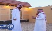 بالفيديو.. أطول رجل في الخليج يروي معاناته في حياته اليومية