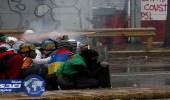 بالفيديو.. متظاهرو فنزويلا يستخدمون الألعاب النارية ضد الشرطة