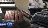 بالصور.. ضبط عمالة مخالفة تخزن عبوات السجائر للتهرب من الضريبة الانتقائية
