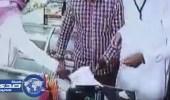 بالفيديو.. موظف يستولي على محفظة بائع متجر