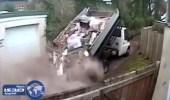 معاقبة سائق لسقوط حمولة شاحنته