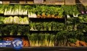 بالفيديو.. ضبط عاملا يرطب الخضراوات والفواكه بماء ملوث