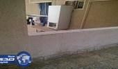 مصري يخرج الثلاجة من الحائط لاستغلال مساحة شقته