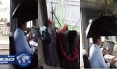 بالفيديو.. سائق قطار يتصدى لمياه مسربة في عربة القيادة بمظلة
