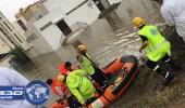 بالصور.. الدفاع المدني ينقذ عائلة محتجزة بقارب