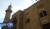 الديون تجبر خطيبا للسكن مع أسرته داخل مسجد