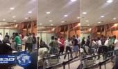 بالفيديو.. مضاربة جماعية عنيفة في مطار تبوك