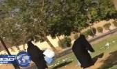 بالفيديو.. مواطنة تبادر بتنظيف حديقة عامة مع الأطفال