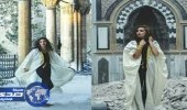 عارضة أزياء تستعرض نفسها داخل مسجد أثري دمره الأسد