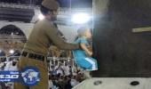 جندي سعودي يساعد طفلاً ليقبل الكعبة.. ومستشارة الأمن القومي الأمريكي تشيد بالموقف