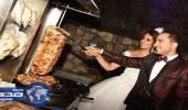 بالصور.. عريس يترك الزفة ليٌحقق حلم عروسه بتناول الشاورما
