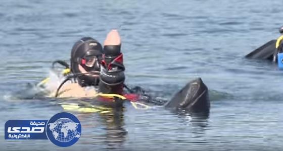 بالفيديو.. روسي يتحدى فقدان يديه وقدميه ويحترف الغوص