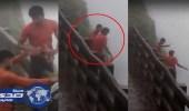 بالفيديو.. مزاح شابين مخمورين يودي بحياتهما من أعلى شلال
