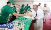 """بالصور.. """" هدية """" تقدم 9 ملايين وجبة وعبوة لضيوف الرحمن"""