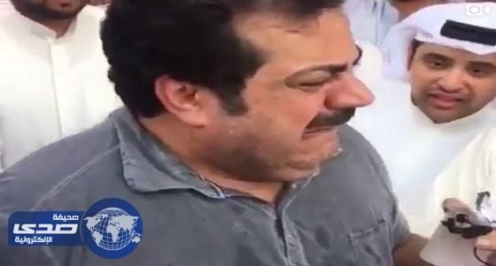بالفيديو.. انهيار الفنان بوخرشد أثناء دفن عبدالحسين عبدالرضا