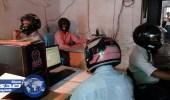 بالفيديو.. موظفون يرتدون خوذات الرأس في مكاتبهم خوفا من انيهار المبنى