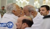 خالد الفيصل يقبّل جبين سماحة المفتي في مسجد نمرة