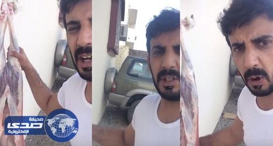 "بالفيديو.. مواطن يذبح خروفا احتفالا بفشل "" حراك 15 سبتمبر """