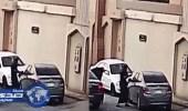 بالفيديو.. شاب يهشم زجاج مركبة متوقفه في الرياض