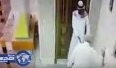 بالفيديو.. لصوص يحتالون على مسن قبل دخوله المسجد ويسرقون محفظته