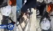 بالفيديو.. طفلة سورية تستنجد بوالدها لإخراجها من تحت الأنقاض