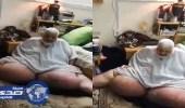 بالفيديو .. مأساة مسن حبسه داء الفيل في غرفة 8 سنوات بالمدينة