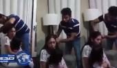 بالفيديو.. رجل يٌعاقب زوجته بقص شعرها أمام طفلتهما