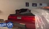 """بالفيديو.. أمريكي ينقذ سيارته من إعصار """" إرما """" بطريقة أغضبت زوجته"""