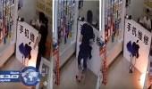 بالفيديو.. جوال ينفجر في يد متسوق