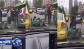 بالفيديو.. لحظة اعتداء رجل على امرأة بركلها ودهس رأسها بقدميه