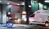 انتظار سيارة إسعاف في صفوف طلبات الوجبات السريعة بالمدينة