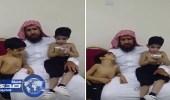"""بالفيديو.. مواطن يناشد علاج ابنيه """" التوأم السيامي """" خارج المملكة بعد تدهور حالتهما"""