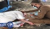 بالفيديو.. رجل أمن يغسل رأس حاج أنهكه التعب
