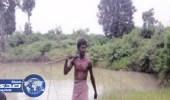 رجل يحفر بركة في قريته منذ 27 عاماً