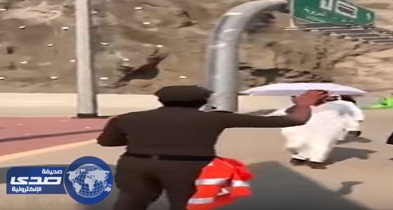 بالفيديو.. رجل أمن للحجاج: سامحونا إذا قصرنا معكم